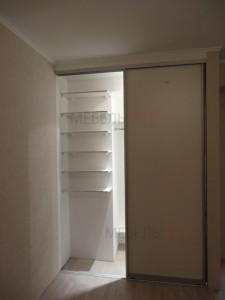 Встроенный в нишу шкаф купе - полки