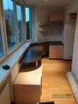 Угловой стол встроенный в эркер мебель тут.